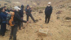 """פרופ׳ חיים בן דוד (מימין) ליד בסיס אבן המיל שזיו שרצר מצא בסיור המוקדם (צילום: ביה""""ס שדה, מדרשת שדה בוקר)"""