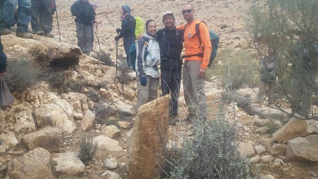 """זיו שרצר והמטיילים שמצאו את אחת מאבני המיל (צילום: ביה""""ס שדה, מדרשת שדה בוקר)"""